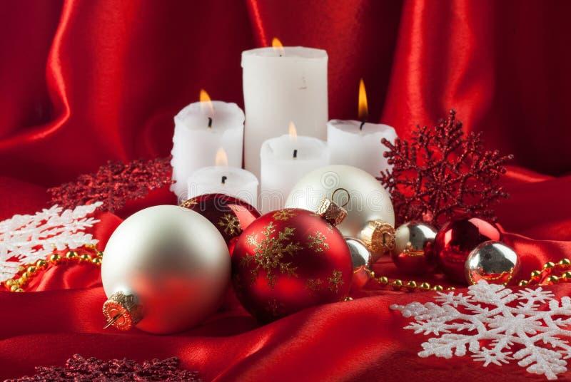 Candele di indicatore luminoso Candele di Natale che bruciano alla notte immagine stock libera da diritti