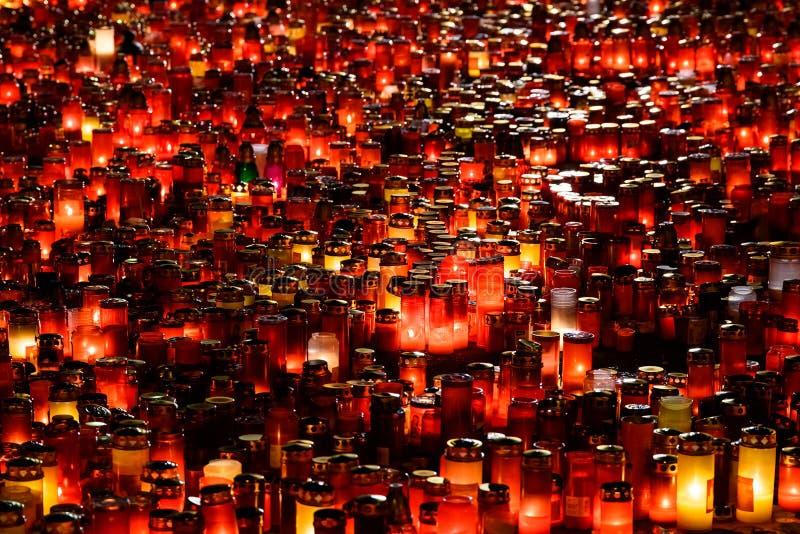Candele di Lit in memoria della dei 32 gente e 150 morti ferita nel fuoco al club Colectiv fotografia stock