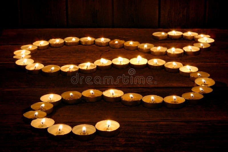 Candele di meditazione che emettono luce in percorso spiritoso di zen fotografia stock libera da diritti
