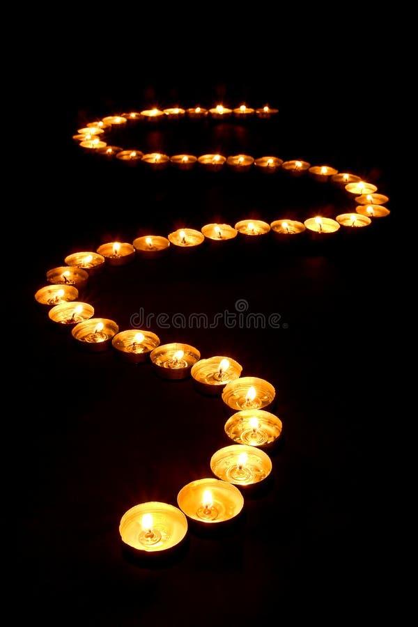 Candele di meditazione che emettono luce in percorso spiritoso di zen immagine stock