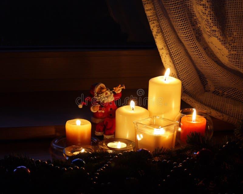 Candele di natale con il Babbo Natale fotografia stock libera da diritti