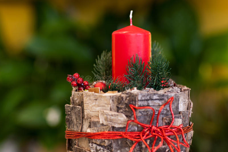 Candele di Natale delle decorazioni su fondo grigio fotografia stock libera da diritti