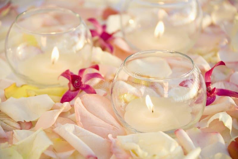 Candele e fiori. fotografia stock