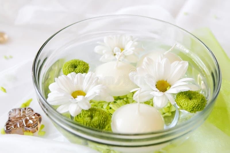 Candele e fiori in acqua fotografia stock