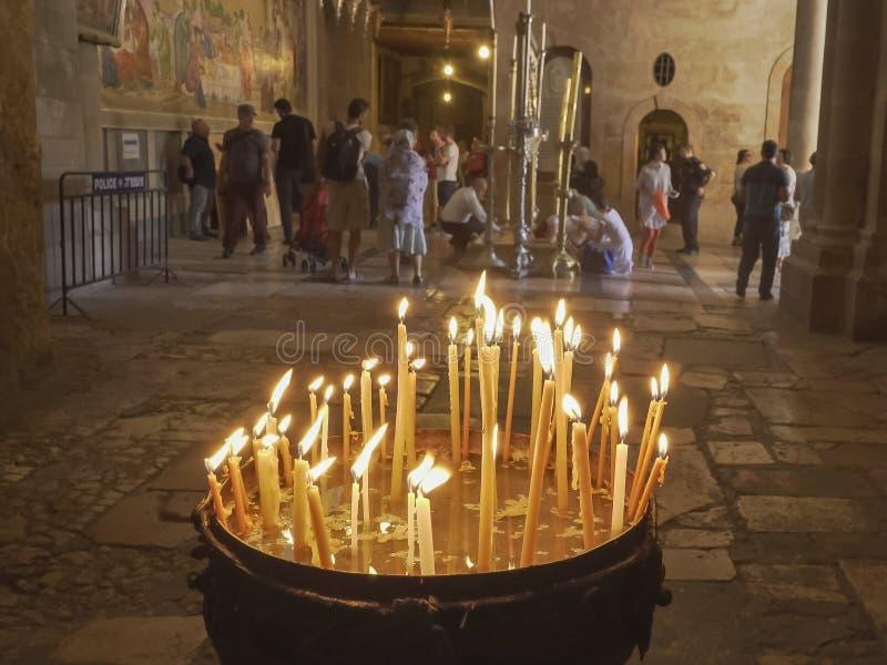 Candele e l'entrata alla chiesa del sepolcro santo a Gerusalemme fotografie stock libere da diritti