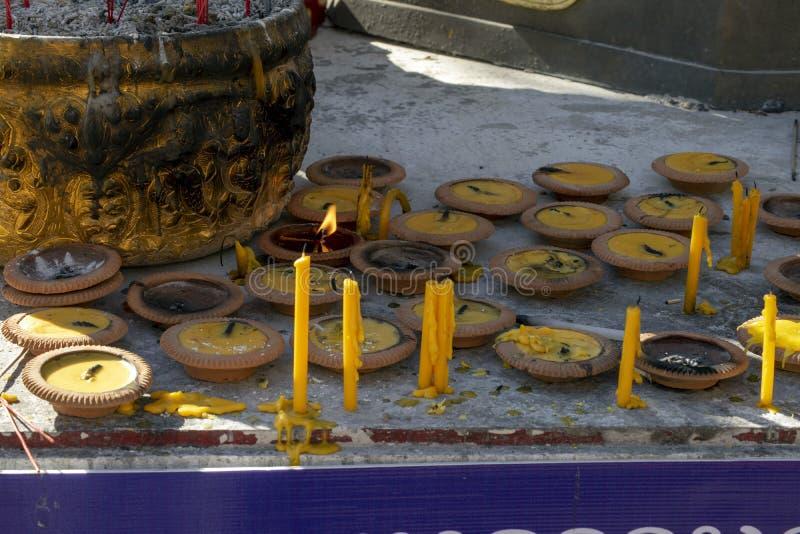 Candele e lampade a Wat Ming Muang, Chiang Rai, Tailandia fotografie stock libere da diritti