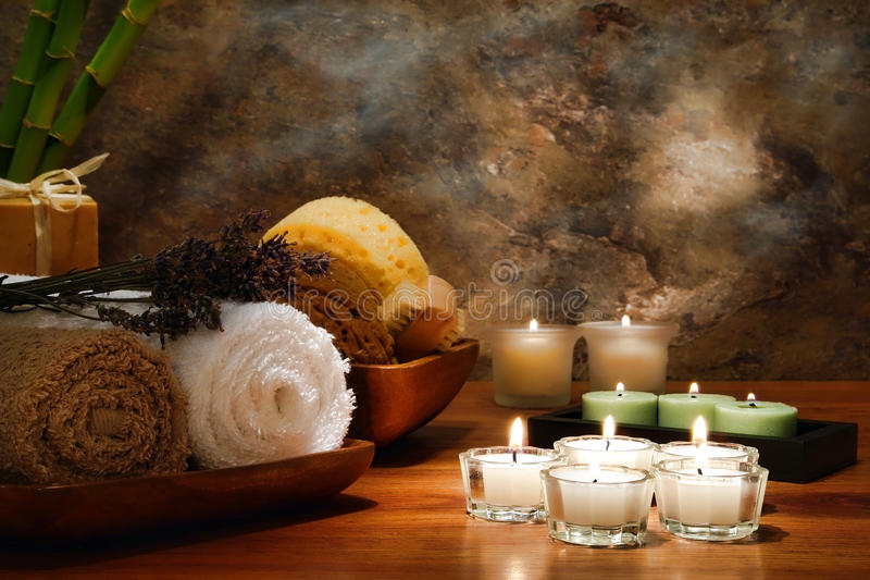 Candele e tovaglioli di Aromatherapy in una stazione termale immagine stock