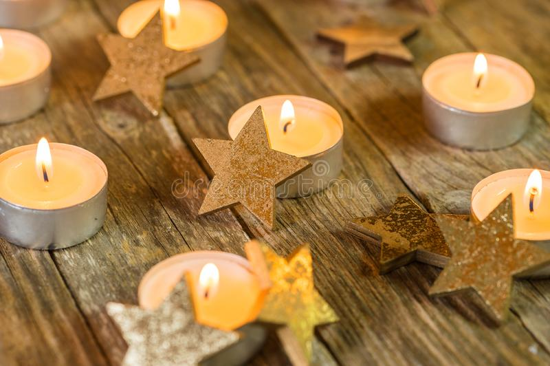 Candele festive di arrivo e di Natale con gli ornamenti di forma della stella immagine stock