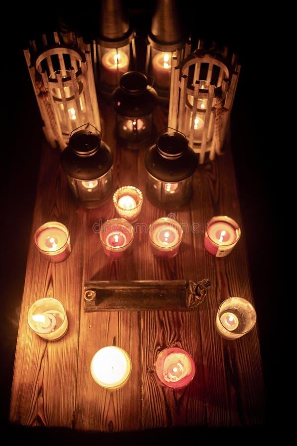Candele, incenso e lanterne della miscela sulla tavola di legno rustica fotografia stock libera da diritti