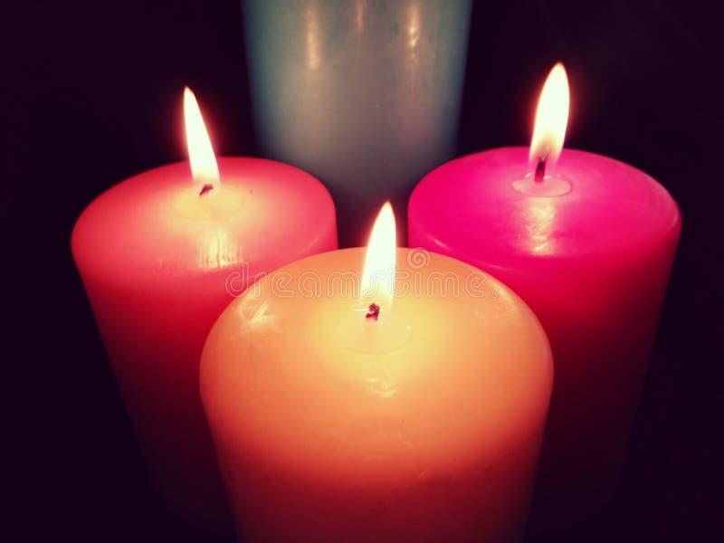 Candele nello scuro Candele su fondo nero, candele di Lit Candele dentellare Magia e fascino immagini stock libere da diritti