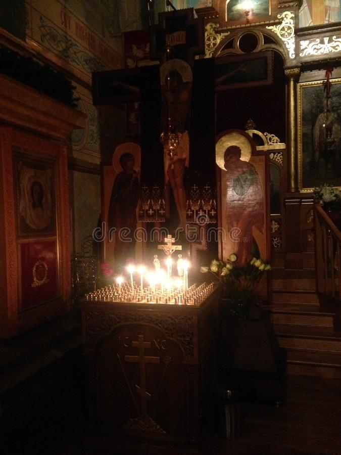Candele per i morti in chiesa ortodossa russa fotografia stock libera da diritti