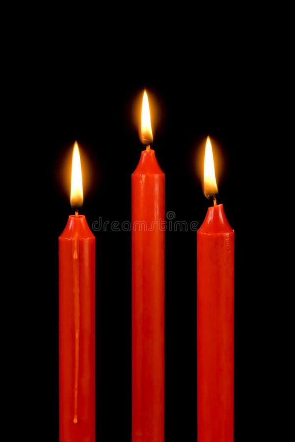 Candele rosse sul nero immagini stock libere da diritti