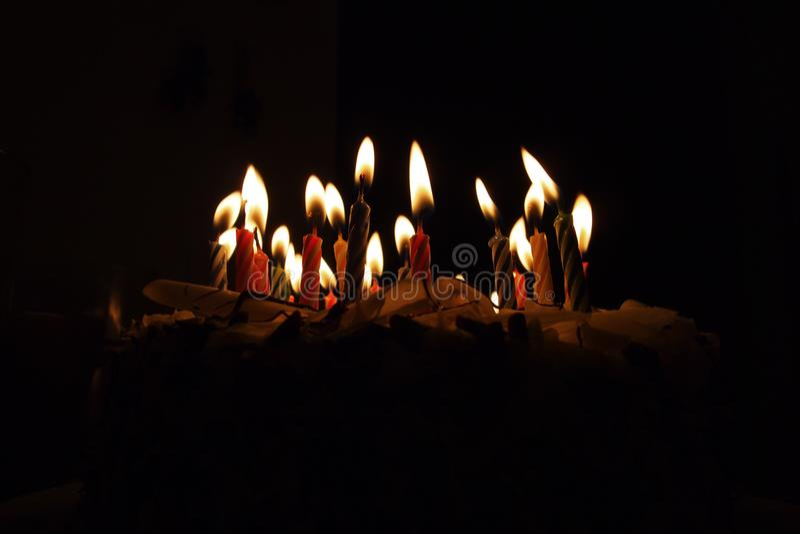 Candele su una torta di compleanno fotografia stock