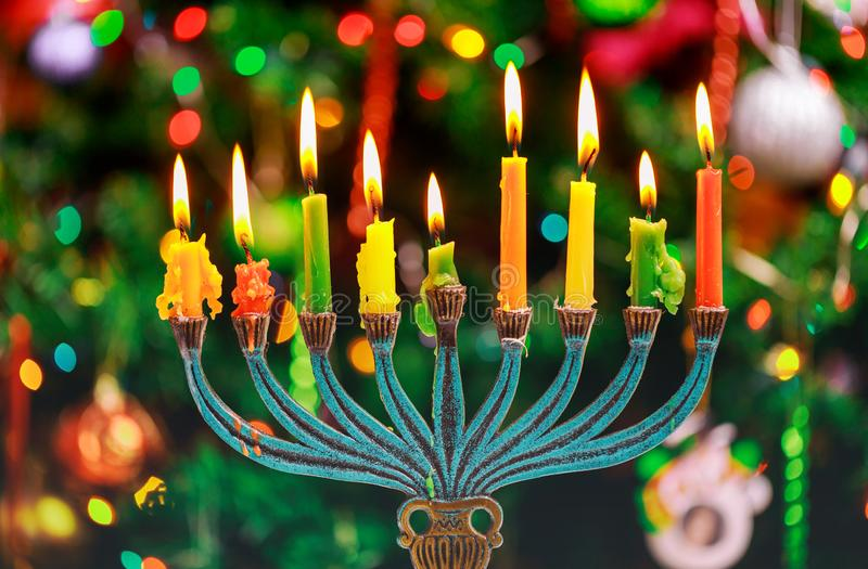 Candele tutte di hanukkah in una festa ebrea di simbolo fotografia stock