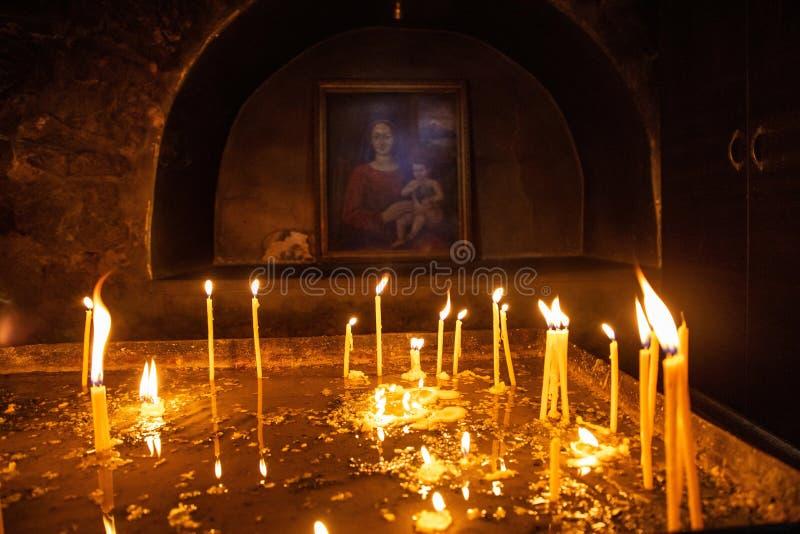 Candele in una chiesa cristiana armena fotografia stock libera da diritti