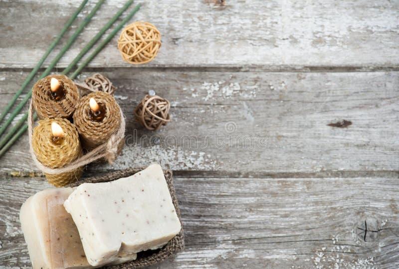 Candele verde oliva naturali del miele e del sapone immagini stock