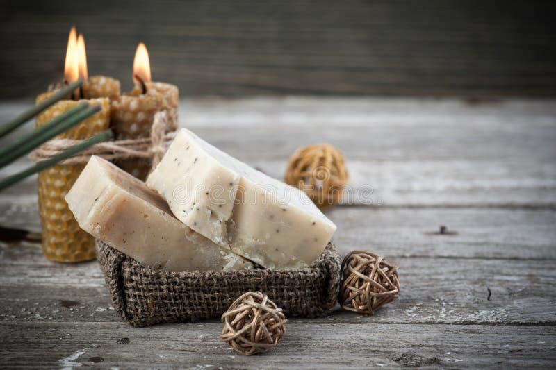 Candele verde oliva naturali del miele e del sapone fotografia stock libera da diritti
