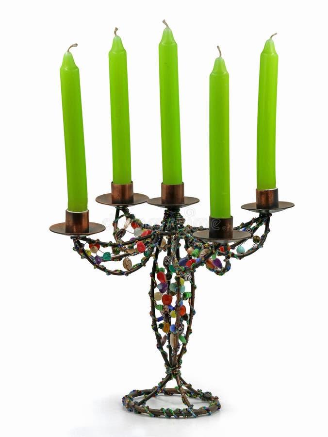 Candelero colorido abstracto, palmatoria con cinco velas verdes aisladas en el fondo blanco imágenes de archivo libres de regalías