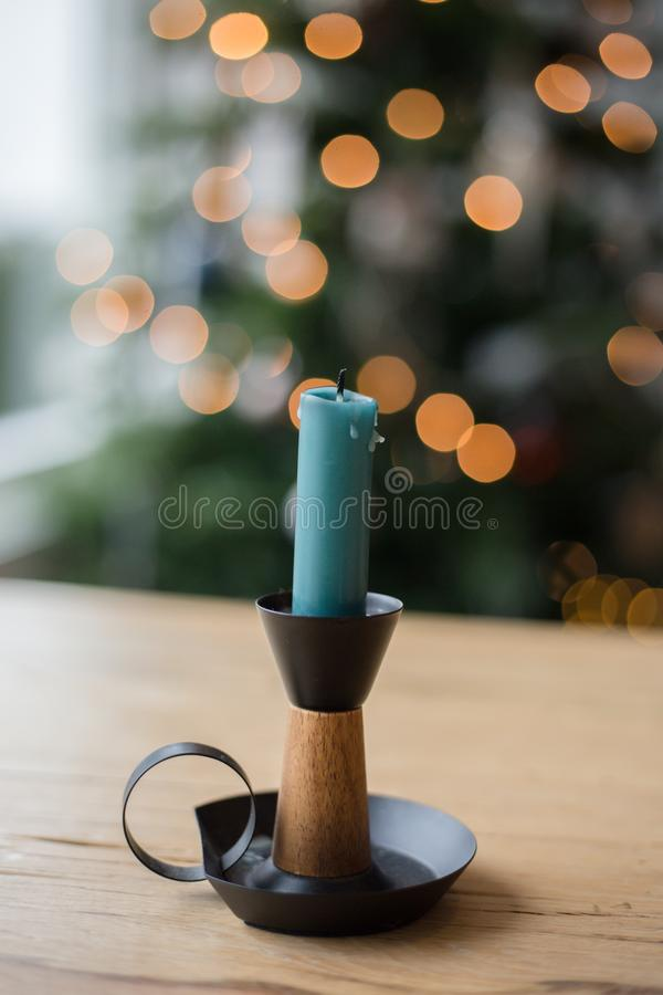 Candelero y árbol de navidad y bokeh fotos de archivo libres de regalías