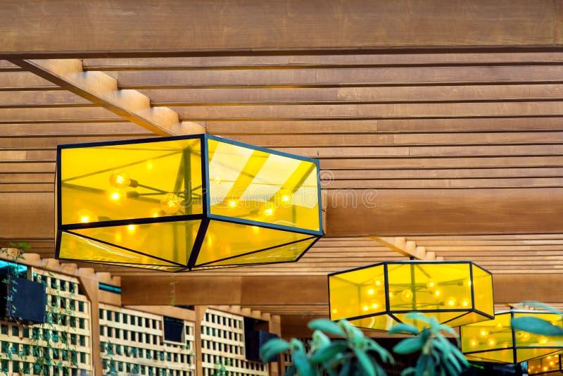 Candeliere con un corpo voluminoso con vetro giallo fotografia stock libera da diritti