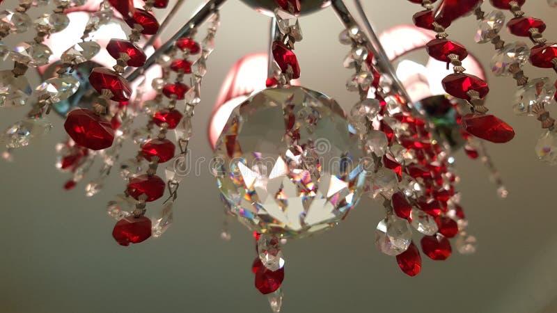 Candeliere a cristallo di vetro di retro stile appeso dal soffitto Superficie riflettente del primo piano della sfera di cristall immagini stock libere da diritti