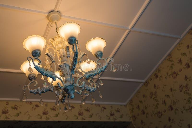 Candeliere d'annata con le luci sopra fotografia stock libera da diritti