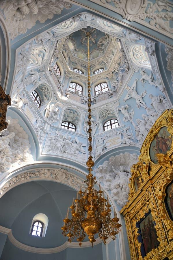 Candeliere d'attaccatura sotto la volta della cupola della chiesa di Dubrovitsy immagini stock libere da diritti