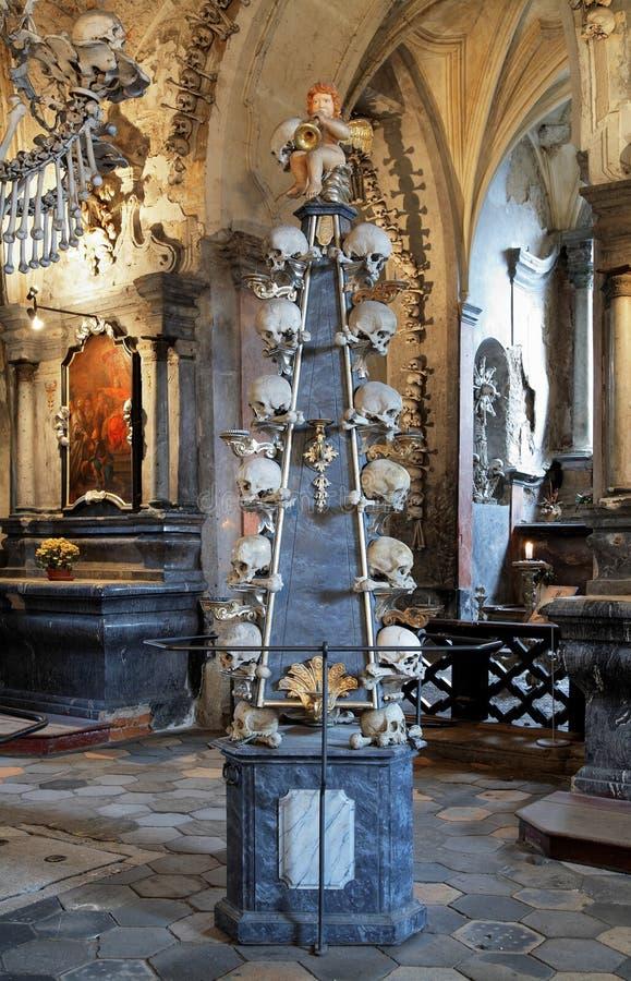 Candeliere del pavimento con i crani in ossario di Sedlec fotografia stock