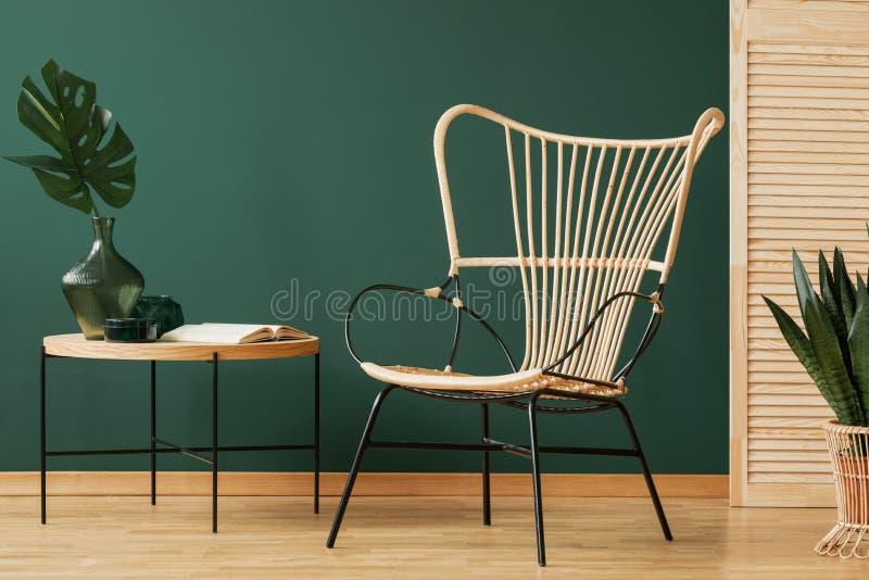 Candeliere del rattan sopra la sedia di vimini del pavone nell'interno elegante con lo spazio della copia e lo schermo di legno s fotografia stock libera da diritti