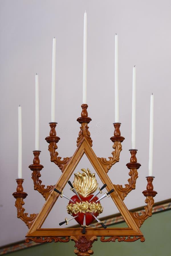 Candeliere di legno con le candele ed il cuore fotografia stock
