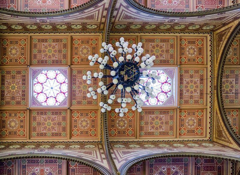Candeliere in grande sinagoga ebrea a Budapest, Ungheria fotografia stock