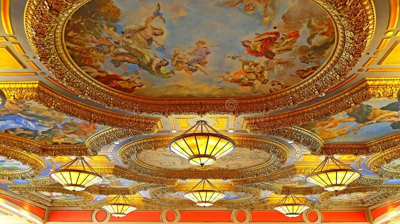 Candelieri del soffitto e pitture dell'hotel veneziano, Macao immagini stock