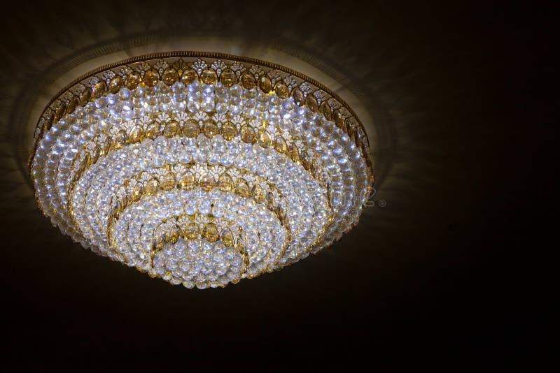 Candelieri enormi di cristallo che appendono sul ballo da sala nella data di cerimonia di nozze fotografia stock