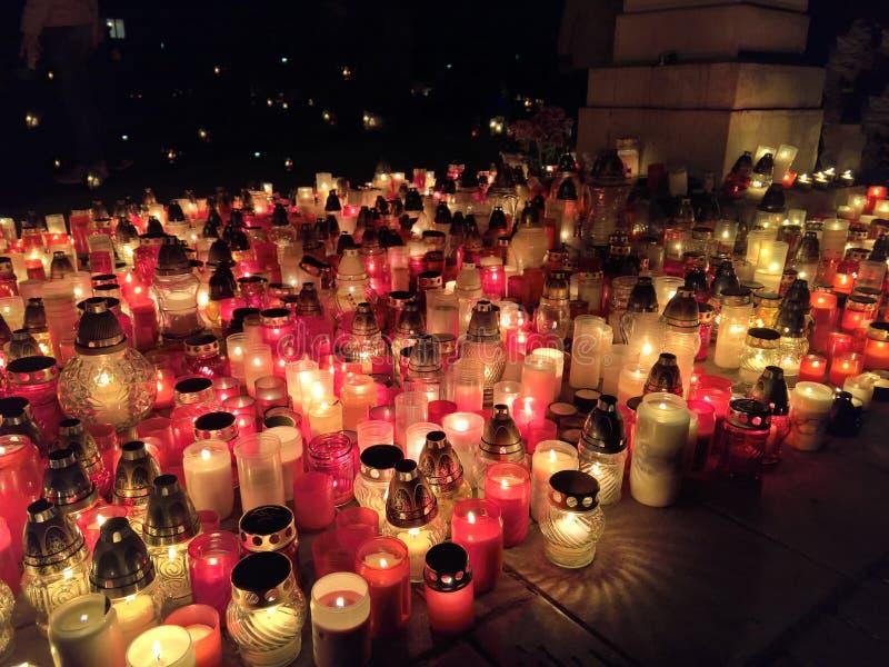 Candels点燃了在所有圣徒夜或万圣节期间在欧洲公墓 免版税库存图片