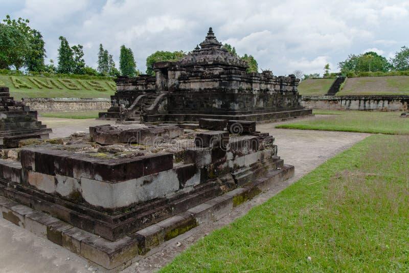 Candi Sambisararis syn på en grumlig sommardag i Indonesien arkivbilder