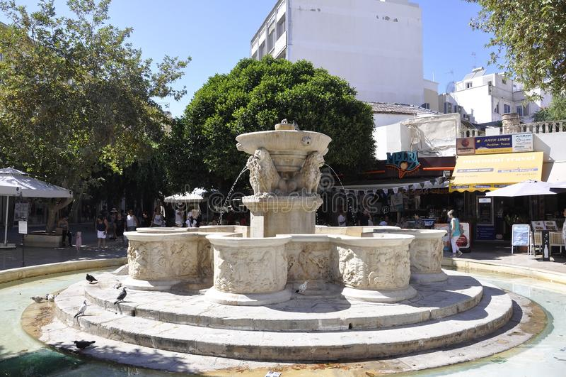 Candia, il 5 settembre: Fontana di Morosini dal quadrato dei leoni di Candia nell'isola di Creta della Grecia fotografie stock
