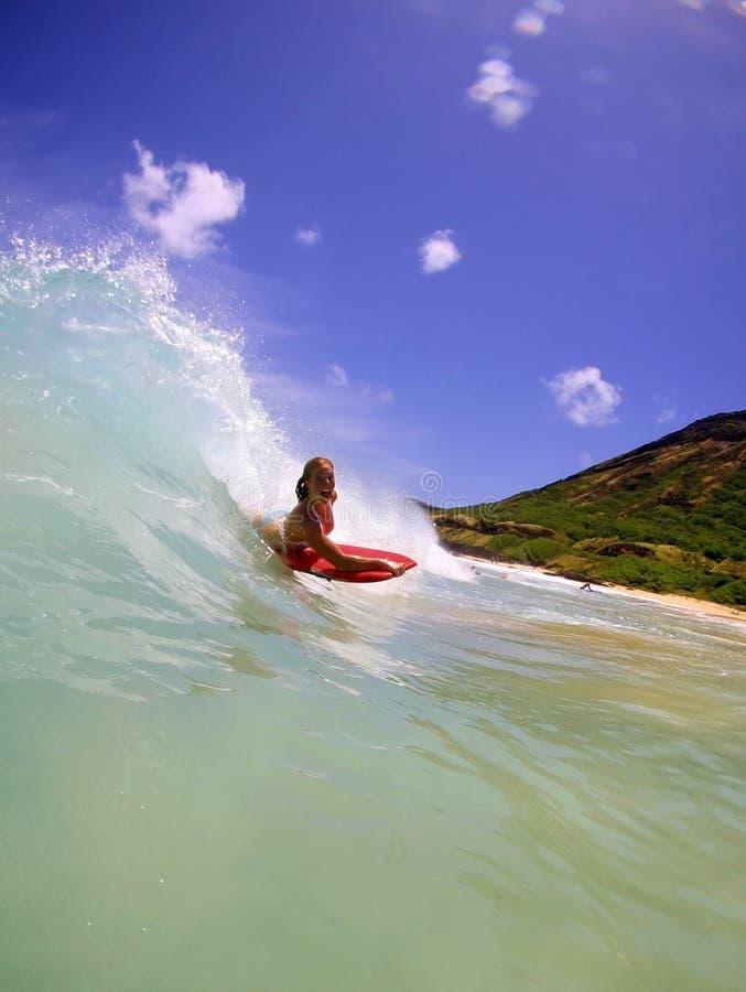 Candice Appleby surfant en Hawaï image stock