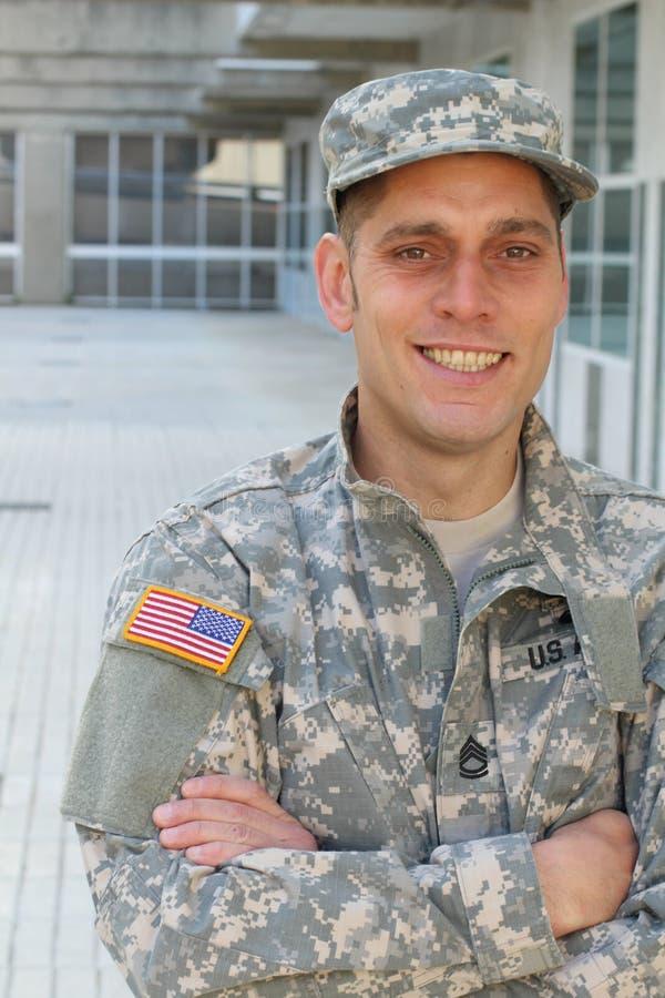 Candid of American soldado sorrindo foto de stock royalty free