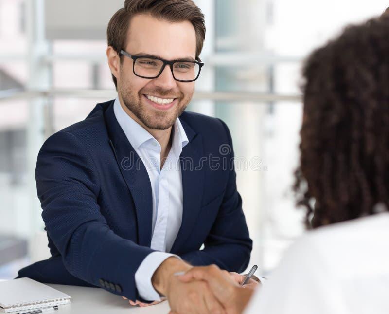 Candidat heureux de client de poignée de main d'heure de patron d'homme d'affaires faire la location d'affaire photo libre de droits