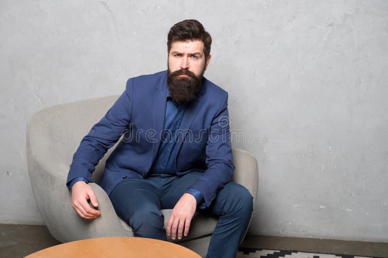Candidat pour le résultat de attente du travail de l'entrevue r Homme d'affaires barbu d'homme réfléchi image stock
