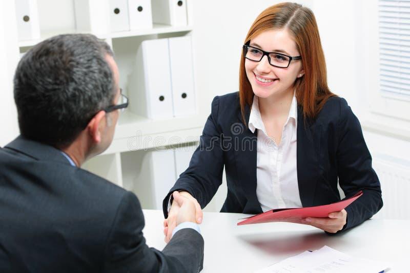 Candidato de trabajo que tiene entrevista foto de archivo libre de regalías