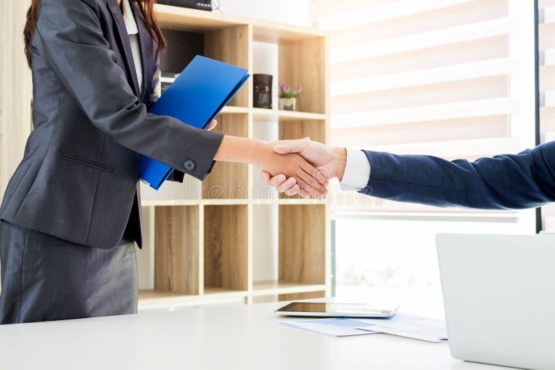 Candidato de trabalho que tem a entrevista Povos novos do candidato do negócio que agitam as mãos, cumprimentando a carreira do c fotos de stock