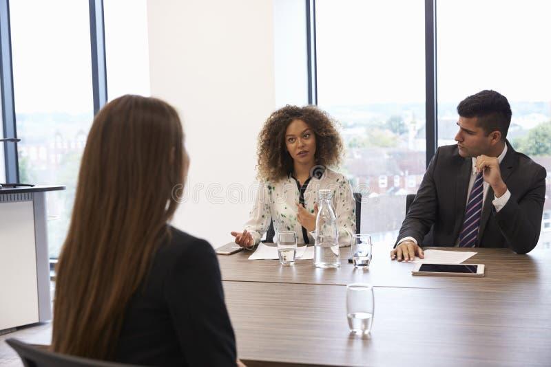 Candidato fêmea que está sendo entrevistado para a posição no escritório foto de stock royalty free