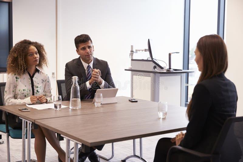 Candidato fêmea que está sendo entrevistado para a posição no escritório foto de stock