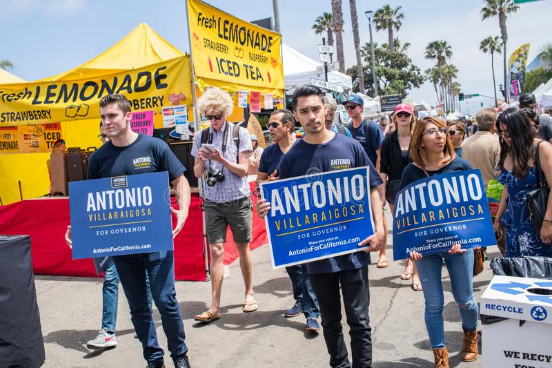 Candidato governatoriale Antonio Villaraigosa di California che fa una campagna in spiaggia di Hermosa, California immagini stock libere da diritti