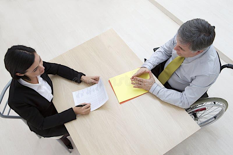 Candidato masculino discapacitado en entrevista de trabajo imagen de archivo