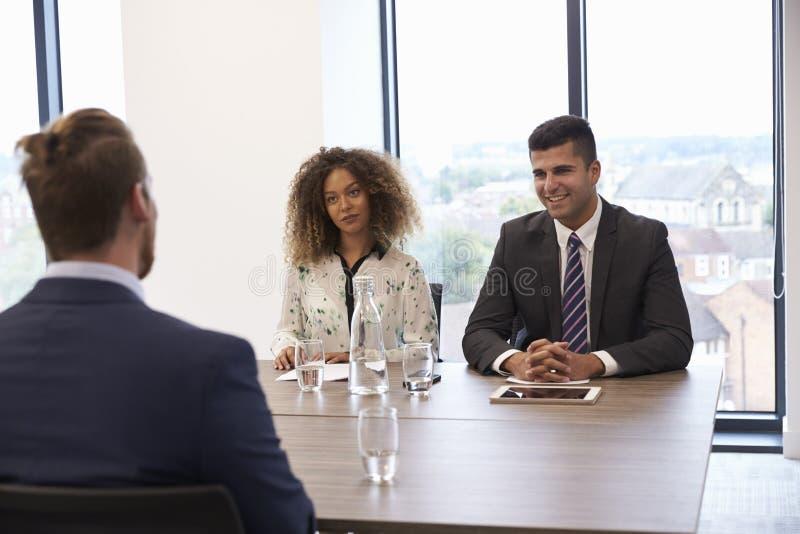 Candidato masculino que está sendo entrevistado para a posição no escritório imagens de stock royalty free