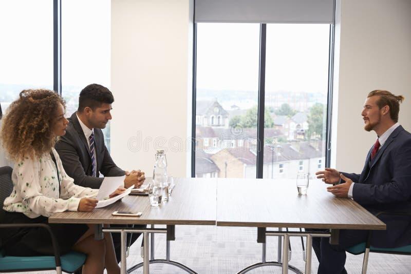 Candidato masculino que está sendo entrevistado para a posição no escritório foto de stock royalty free