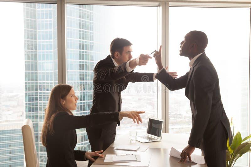 Candidato que discute con el patrón después de entrevista fotos de archivo libres de regalías