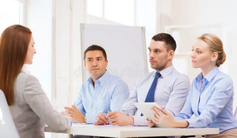 Candidato que se entrevista con del equipo del negocio en oficina imagenes de archivo